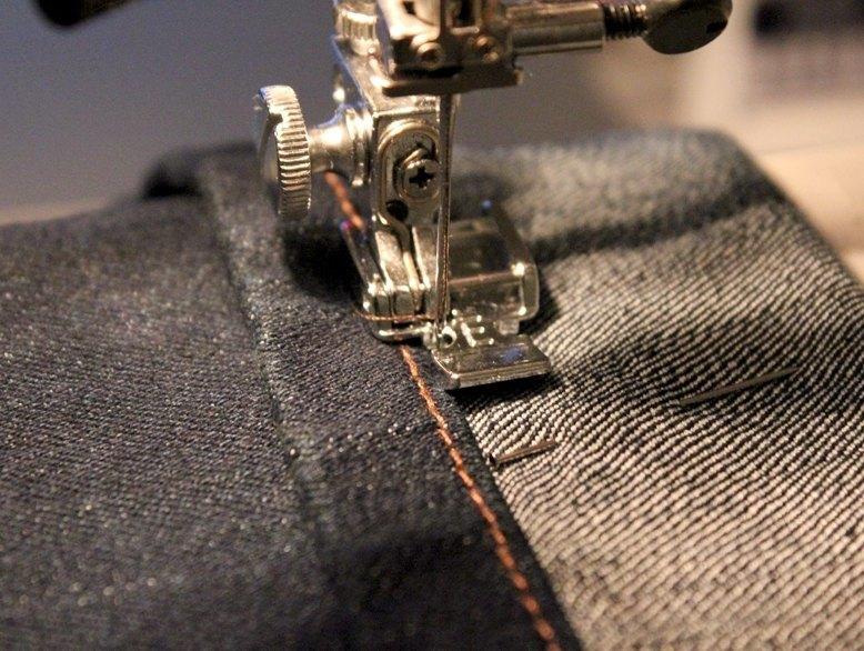 Como coger el bajo de un pantalón con la máquina de coser